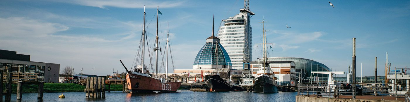 Shopping arcade »Mediterraneo«, in the background the »Sail City Hotel« and the »Klimahaus® Bremerhaven 8° East«