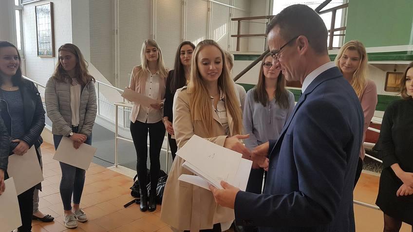 Bremerhavens Schuldezernent Michael Frost bei der Übergabe der ersten Lehramtsstipedien im Oktober 2017