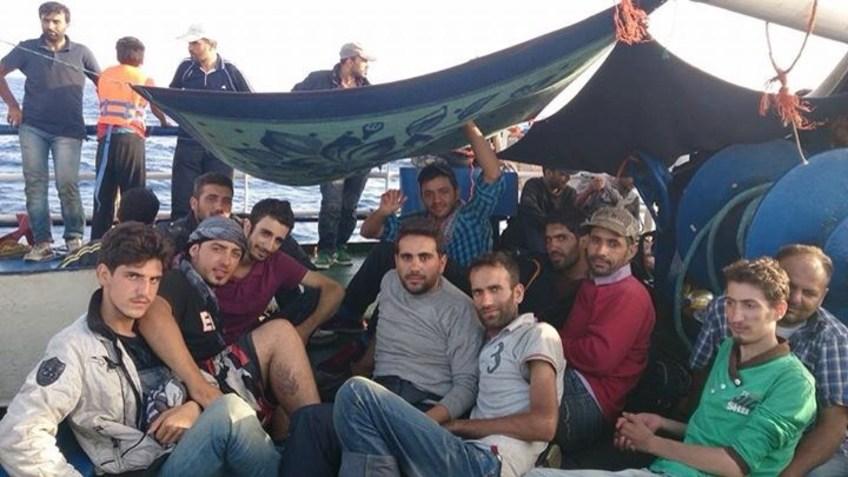 Menschen (Migranten) auf einem Schiff