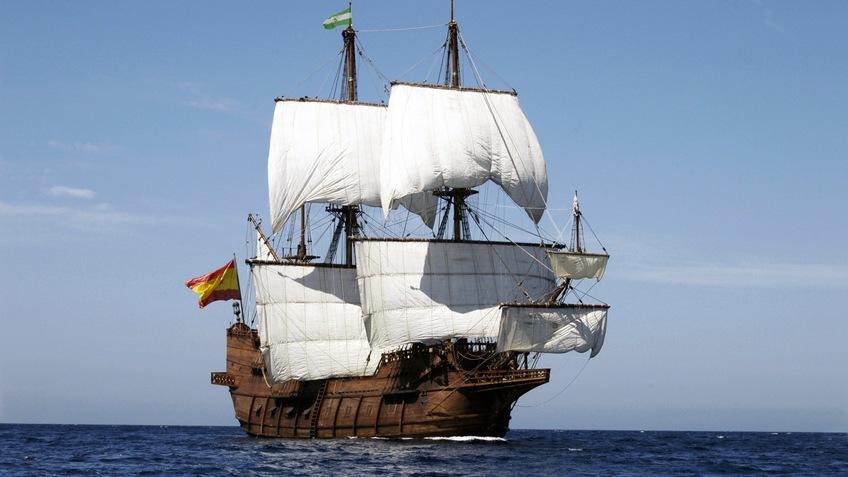 Segelschiff mit weißen segeln