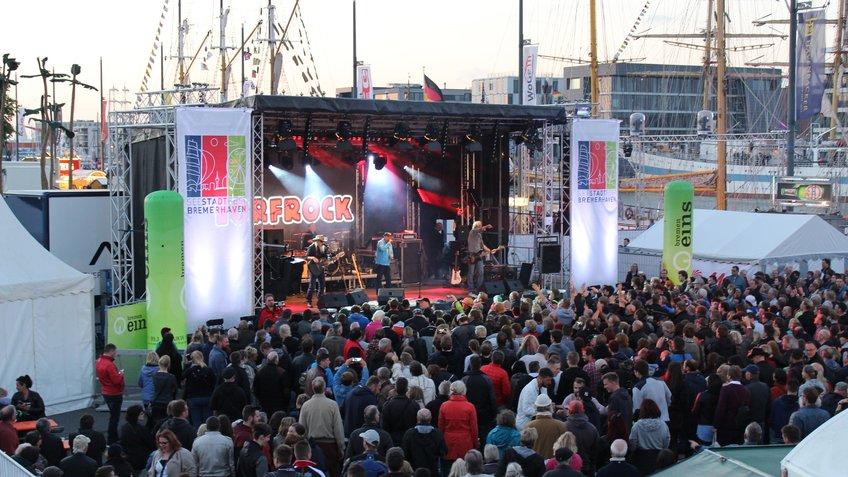Publikum vor Bühne