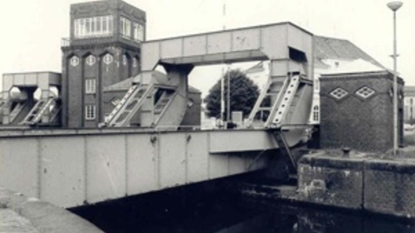 Image of a hinged bridge.