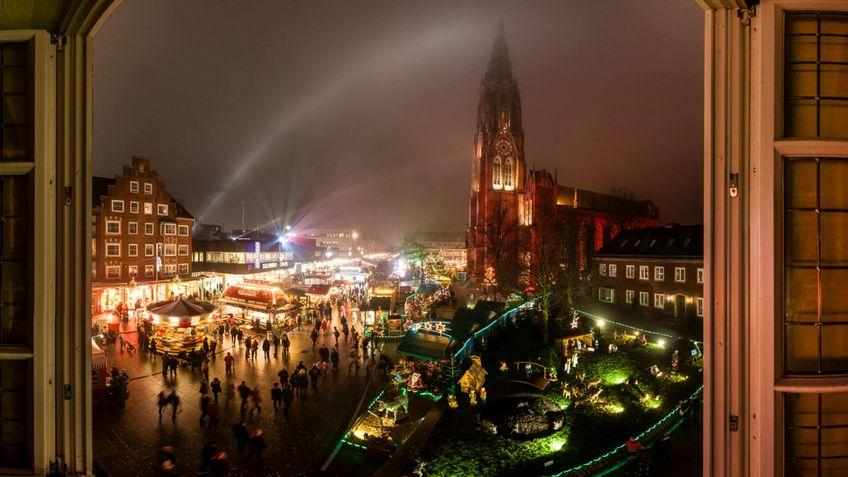 Blick auf einen Weihnachtsmarkt.