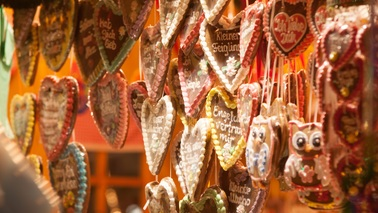 Gingerbread hearts are hanging on a stall.